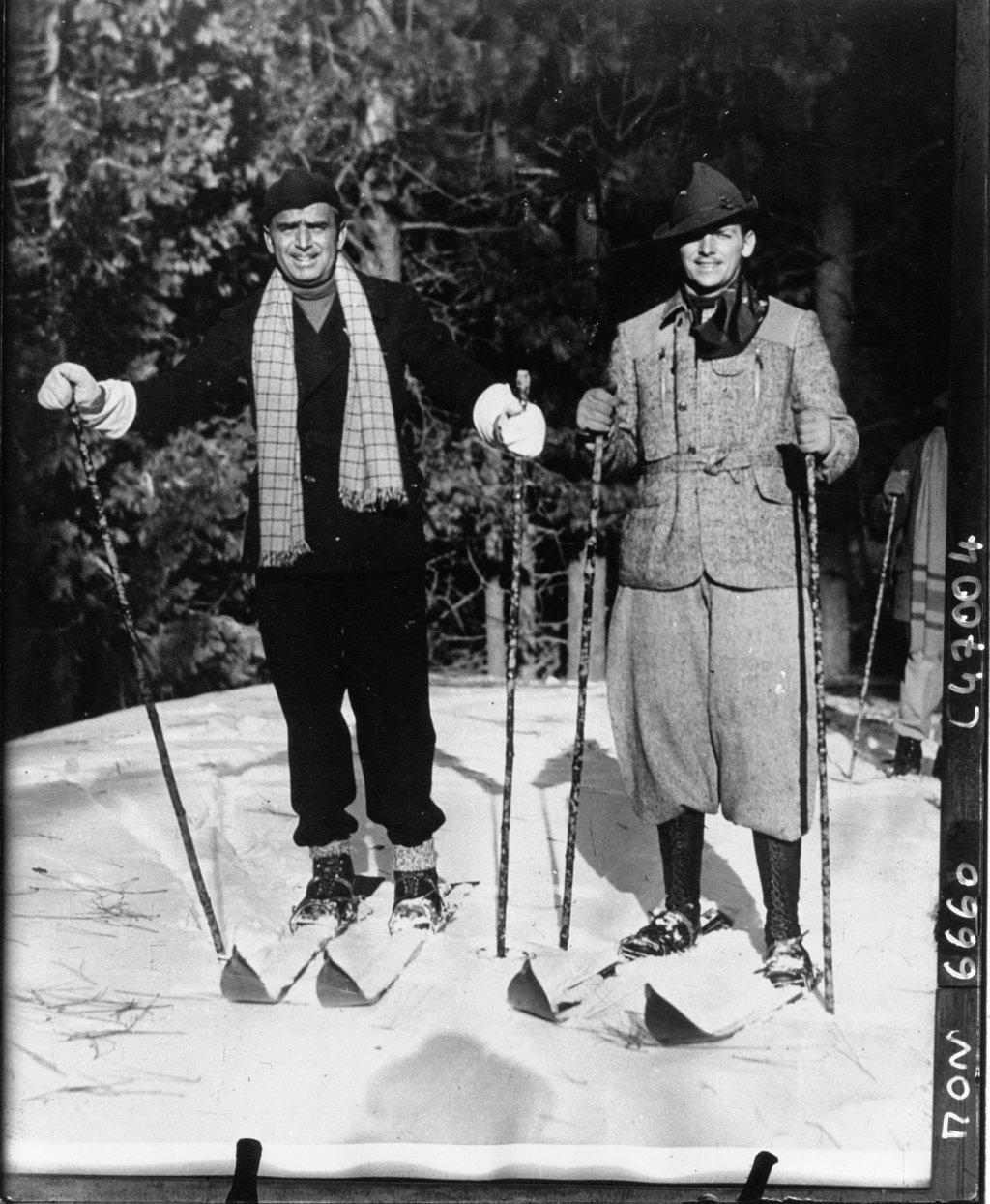 Douglas Fairbanks, son fils, faisant du ski sur le lac Anowhead, Acme Newspicture (Agence de presse). Agence photographique, Ancien détenteur : Agence de presse Mondial Photo-Presse 1933, Bibliothèque Nationale de France, Public Domain Mark